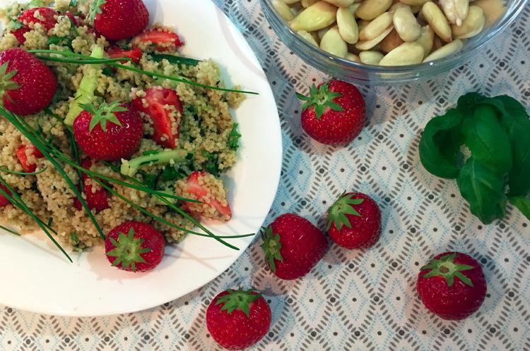 Couscoussalat mit Erdbeeren und Mandeln