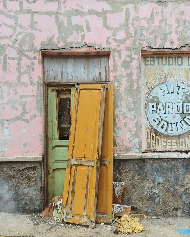 Who loves old doors as much as I do? #doorsoftenerife ⠀⠀ #doorsofinstagram #vintagefinds #vintagelovers #igerstenerife #teneriffa #streetphotography #streetscene #neighborhoodlove #cityandcolour #slowlife #designideas #islandvibes #supermegamasterpics_minimal #welivetoexplore #artofvisuals #thatsdarling #embracingaslowerlife #inspiremyinstagram #thatauthenthicfeeling #urbanstyle #exploremore #worlderlust #freedomthinkers #visualwanderlust #optoutside #getoutstayout #keepitwild