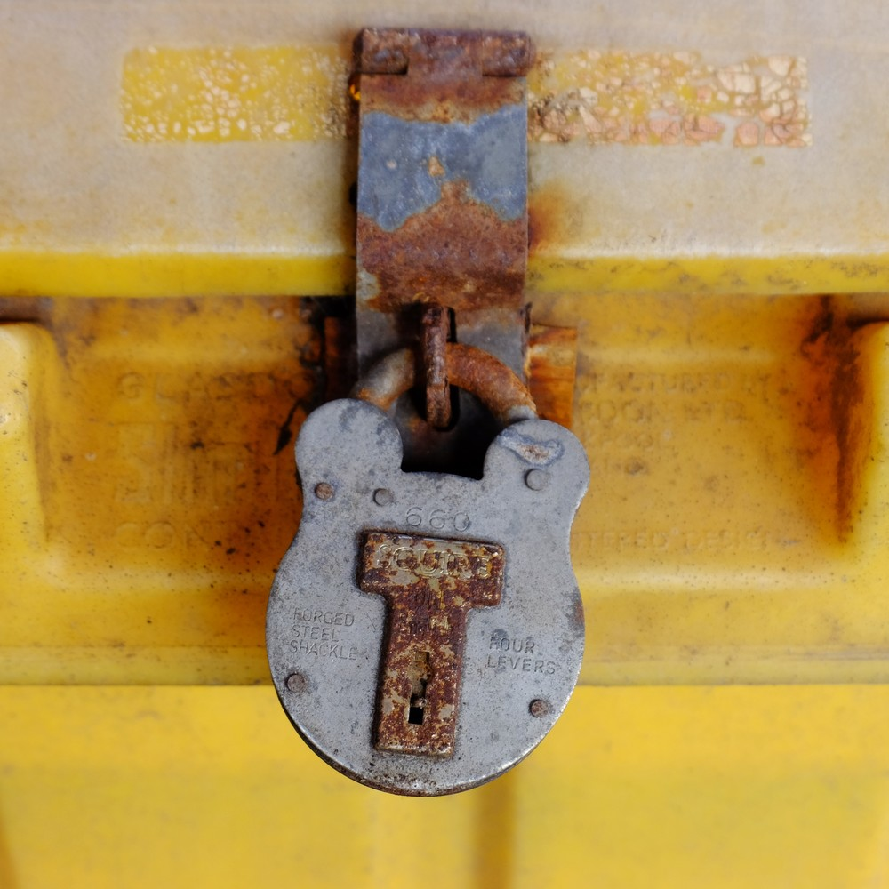 The padlock on the grit bin at Leamington Spa station