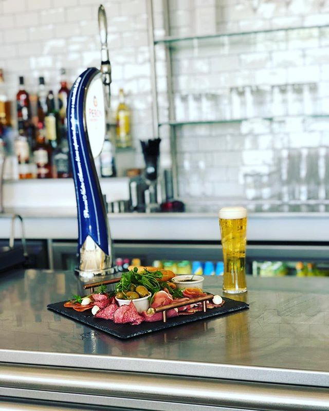 Take a look at our anti pasti sharing platter at @strandfieldgrillinstow ⚓️ Who would you share this with?! Tag them ⬇️ www.commodore-instow.co.uk/Strandfieldgrill  #strandfieldgrillinstow #strandfieldgrill #newrestaurant #eatery #instow #northdevon #bideford #appledore #peroni #sharingplatter #antipasti