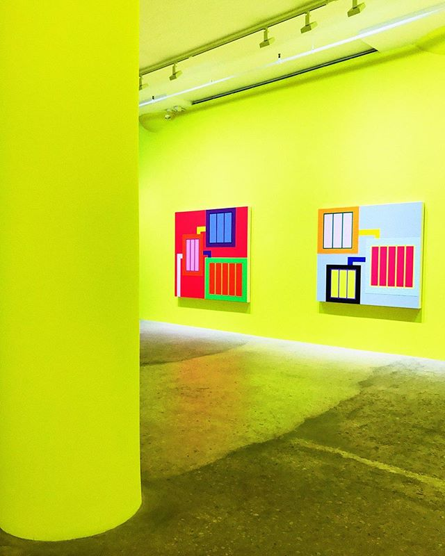 The moment we walked in to experience Peter Halley's work at @greenenaftali we felt like we had entered a new world. The environment change included music, neon walls, and other bright neon colors on 9 paintings that gave a sense of a digital/tech world.  Check it out before October 21! 🚥