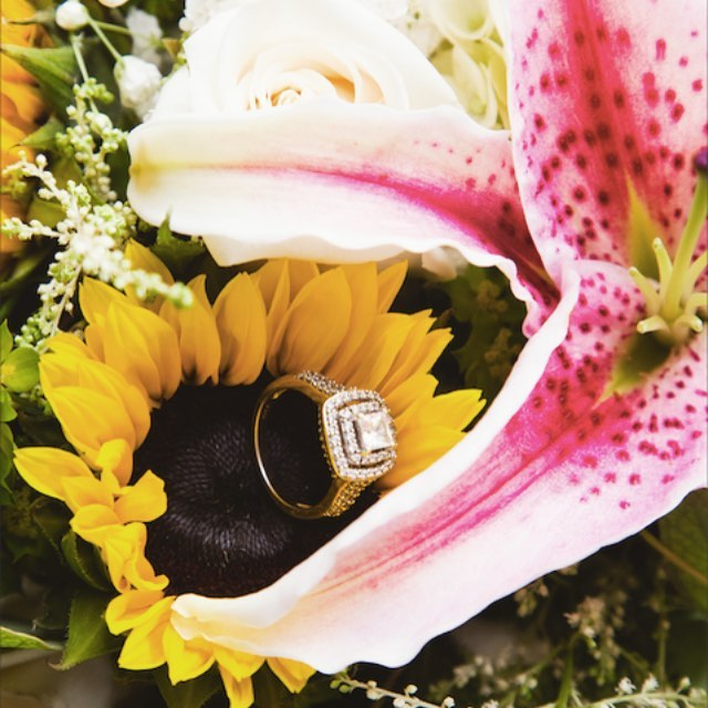 Floral portraits 💍🌻 . . . . #fallwedding #fallweddingseason #sunflowers #wedding #ring #truehappiness #love #octoberwedding
