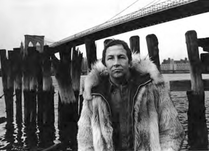 Rauschenberg near the Brooklyn Bridge, New York, 1969. Photo: Gianfranco Gorgoni