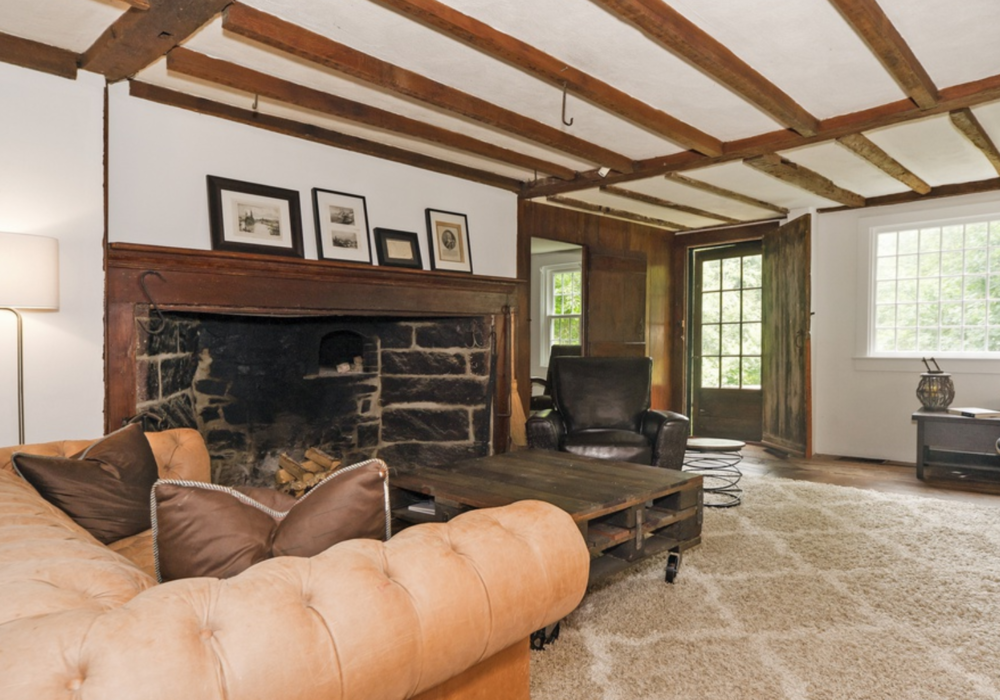 farmhouse living room before.PNG