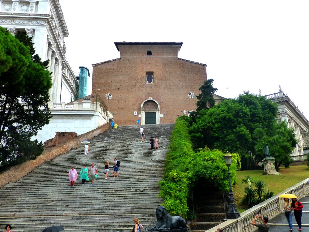 Edgar El - https://commons.wikimedia.org/wiki/File:Rom_-_Basilica_Sanctae_Mariae_de_Ara_coeli_in_Capitolio_-_panoramio.jpg