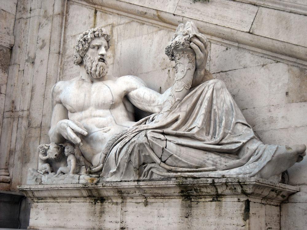 Galzu -  https://commons.wikimedia.org/wiki/File:Roma,_piazza_del_Campidoglio_-_Fontana_della_dea_Roma_-_il_Tevere.JPG