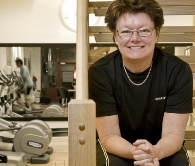 Ulrika Barksjö Fors    Sport och idrott har alltid haft en central roll i mitt liv även om det dröjde till tidigt 2000-tal innan jag aktivt började jobba inom området. Från att ha suttit på kontor i många år tog jag steget och gjorde en helomvändning i mitt liv . Jag utbildade mig till personlig tränare och friskvårdskonsult 2005-2007 och det var även då jag började jobba inom Puls & Träning. År 2008 öppnade jag mitt första egna gym och det är en satsning som jag aldrig har ångrat! Det har varit en fantastisk resa att få jobba med alla härliga kollegor och underbara medlemmar. Att få hjälpa andra till motivation och inspiration inom det breda området hälsa känns fantastiskt!     Ulrika driver tre gym inom Puls & Träning i Fruängen, Örnsberg och Midsommarkransen.På vår träningsresa träffar du Ulrika främst på vårt aktivitetsprogram, Ulrika har spenderat mycket tid i regionen de senaste fem åren är väl bekant med fantastiska Sitges!