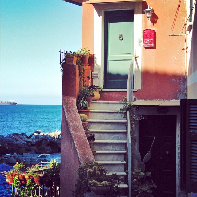 house with stairs on water - tellaro.JPG