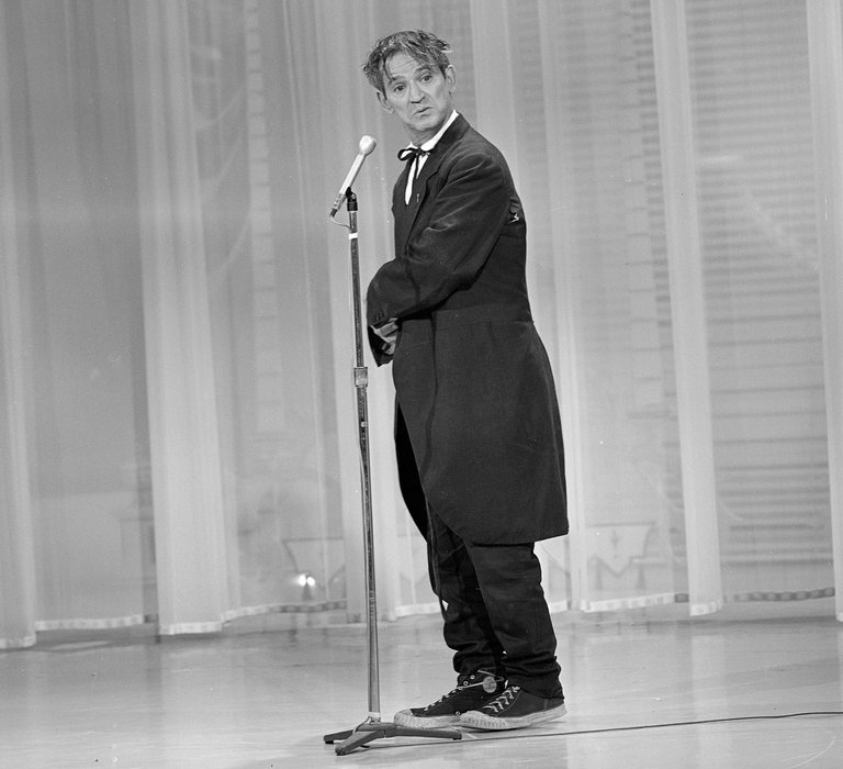 "Irwin Corey performing in 1966. An admirer, the critic Kenneth Tynan, called him ""Chaplin's clown with a college education."" Credit ABC Photo Archives, via Getty Images"