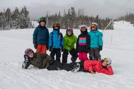 Pour une septième année consécutive, l'organisme Charlevoix sur les pentes a permis à des jeunes issus de familles à faibles revenus de la MRC de Charlevoix de découvrir les sports de glisse au Massif.  Un total de 22 jeunes a profité du programme, comprenant huit séances de cours et un billet de saison. Cette année, six jeunes du groupe de développement en continu de l'école Forget ont participé à ce projet, avec des moniteurs spécialement formés par l'association canadienne pour les skieurs handicapés.  Les membres du C.A. de Charlevoix sur les pentes remercient ses partenaires et collaborateurs. Ils souhaitent que ce projet se poursuive dans les prochaines années et que l'initiative s'étende dans toute la région.  Ce projet a pu se réaliser grâce aux partenaires comme le Massif de Charlevoix, l'organisme Horizon Charlevoix, Kia Charlevoix, la microbrasserie de Charlevoix, la députée provinciale de Charlevoix-Côte-de-Beaupré, Mme Caroline Simard, la Boulangerie À Chacun son pain et le Fairmount Manoir Richelieu.