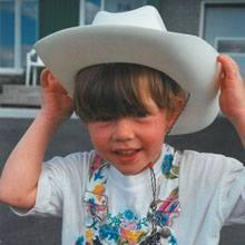 Anne-Marie s'est finalement assumée comme elle le faisait petite avec son chapeau de cowboy blanc