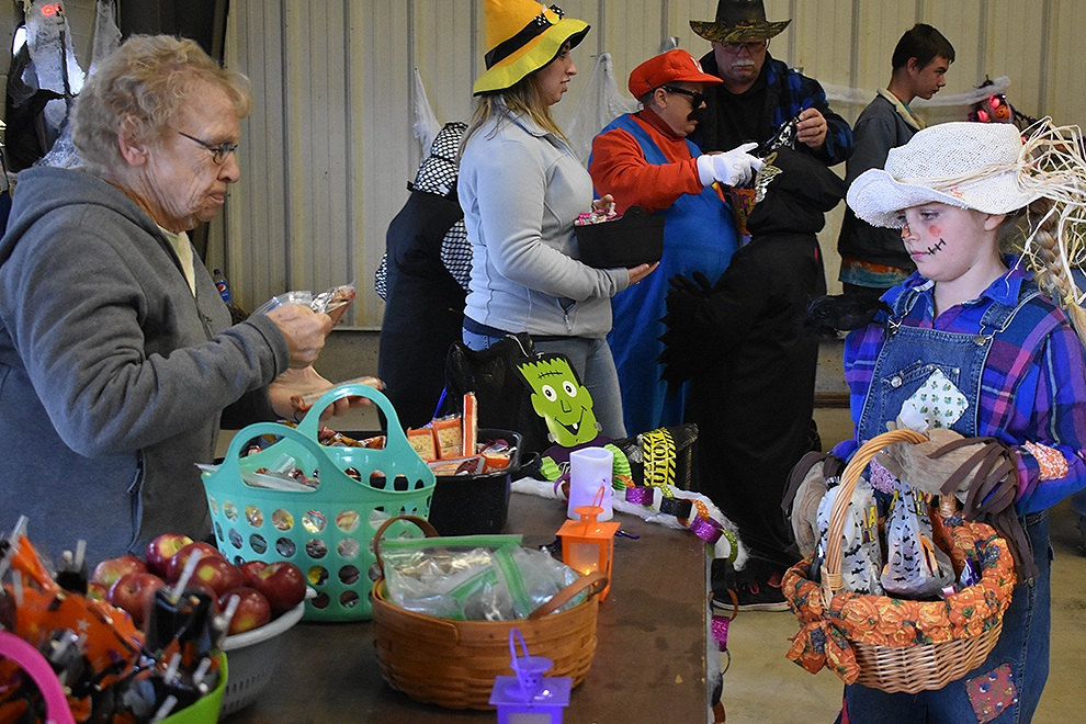 Town of Macomb held Annual Trunk or Treat_02.jpg