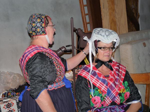 """Her har vår modell fått på seg hodeplagg med """"ørejern"""" til kirkebruk og høytid."""