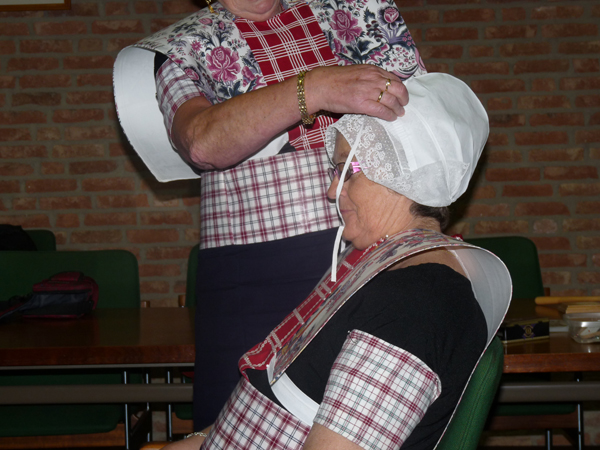 Påkledning av hodeplagg fra Spakenburg