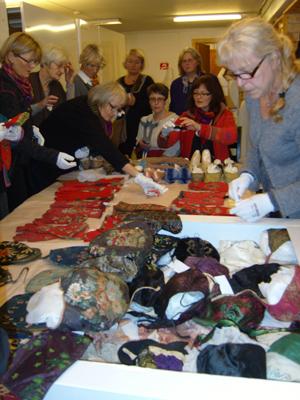 Kursdeltagerne på besøk i tekstilmagasinet  på Maihaugen. Foto: Bjørg Hovland