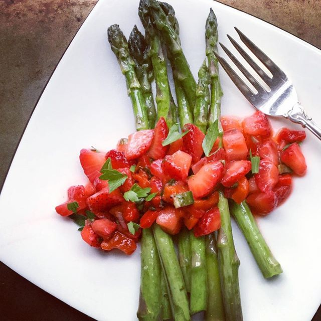 Have you tried this yet? Asparagus with #strawberry #salsa 😋🍓! I'm crazy for strawberries this month and since #asparagus is still popping up, why not blend together super fresh #veggies and #berries I say! The salsa has peppers, jalapeños, scallions, basil, salt, pepper and lime juice - #sweet meets heat! Use it on anything from veggies to meat, you won't be disappointed! #cooking #food #picoftheday #yummy #pretty #love #mom #mommy #cleaneating #pswaistline