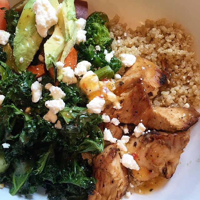Today's lunch - leftover chicken, quinoa with roasted veggies, kale, and topped with avocado, feta cheese, and a drizzle of Italian dressing. Prepping so much food at the begging of this week has really allowed me to have a successful week of eating well. I've probably eaten more vegetables this week than this entire last year 😧 #tryingtobehealthy #eatingclean #orcleanish