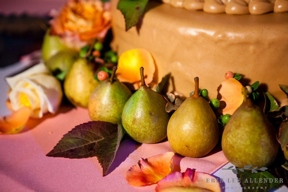Pears_on_wedding_cake