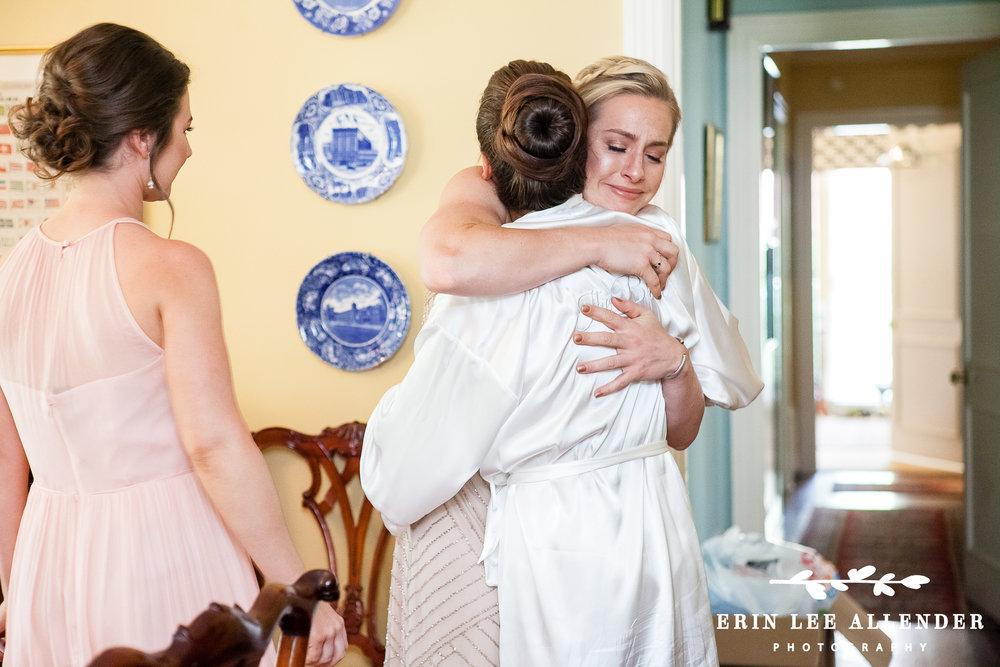 Sister_Hugs_Bride