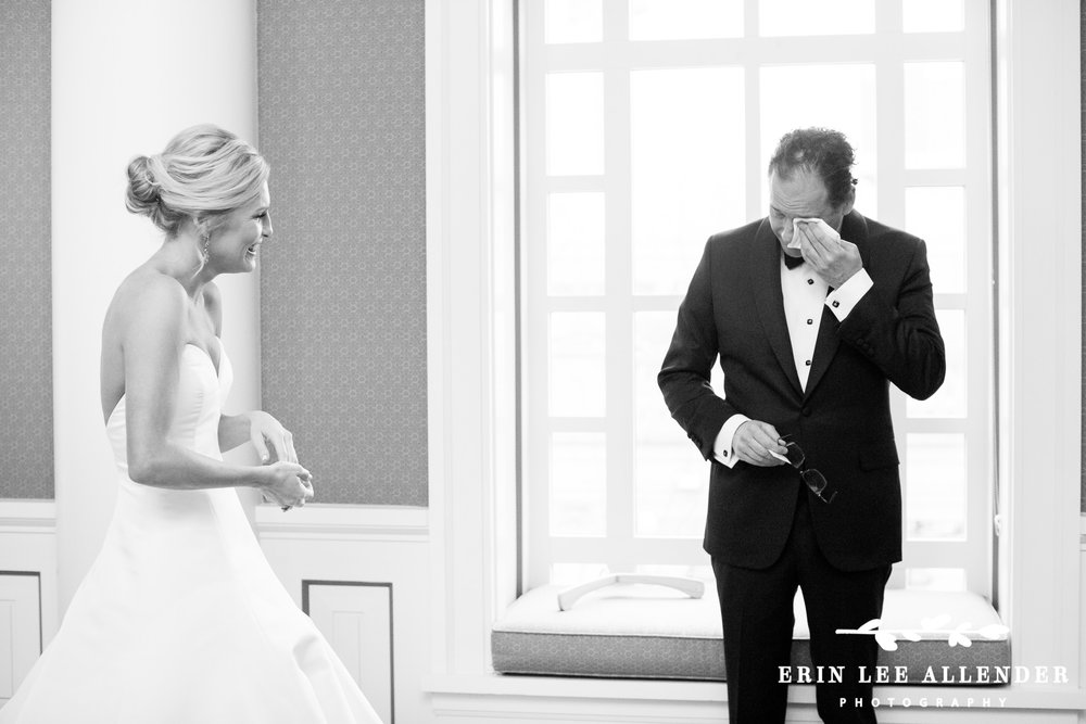 Dad_Crying_When_Seeing_Bride