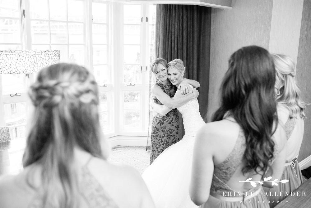 bride-hugs-mother