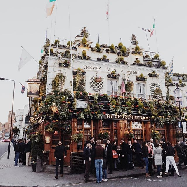 🍺🌸 . . . . . . #nottinghill #thechurchillarms #publife #britain #londontown #wanderlust #wanderlust #travel #london #beer #pint