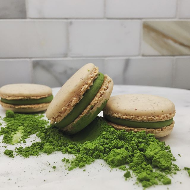 a duo of matcha & sesame mini macarons for s&j's wedding last Saturday!!! also: stale matcha vs. fresh matcha 😱🍵 😱 oxidation is a cruel mistress...