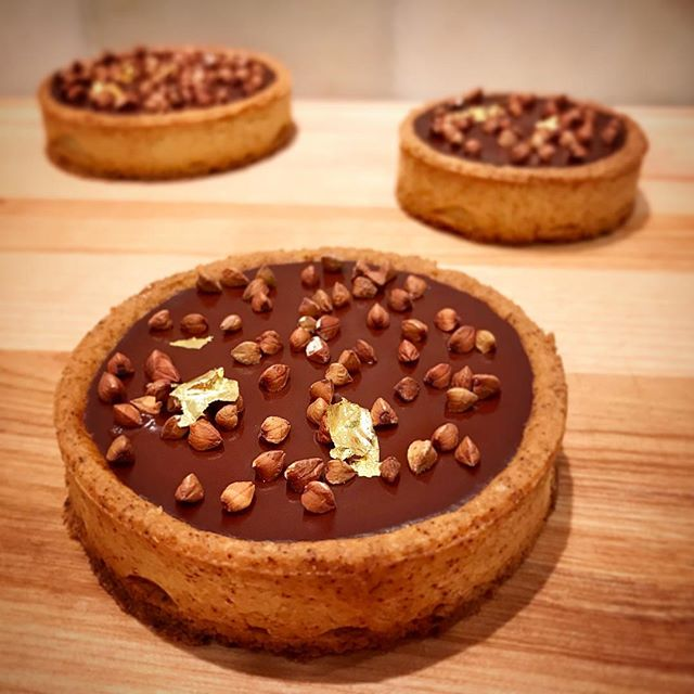 kicking off the new year w/ some recipe testing: a gluten-free version of the double chocolate tartelette, simply decorated w/ home roasted buckwheat 😋😍🍫