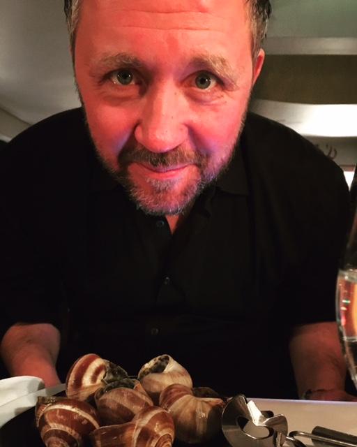 En icke färgkorrigerad Per Johansson testar det franska köket. Snigelbetyg: 4 av 5 baskrar. Mer vitlök efterlystes. Någon anförde även brist på anis.