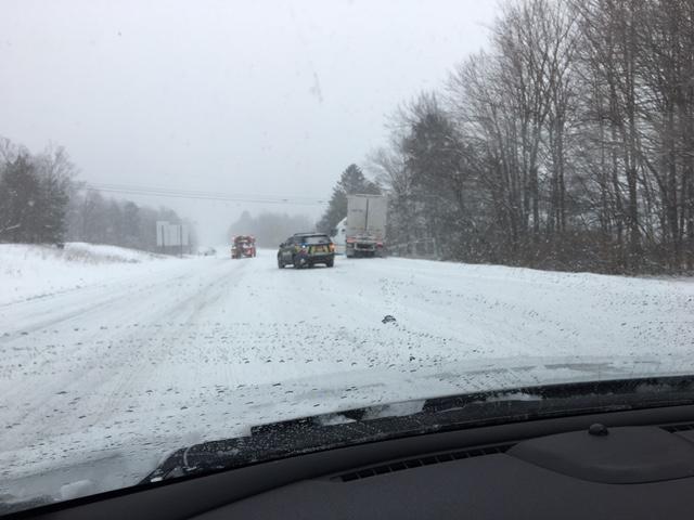 Problem redan i Vermont. En lastbil har kört av vägen, men tack och lov precis lyckats undvika att köra ner i diket. Annars hade det slutat illa.