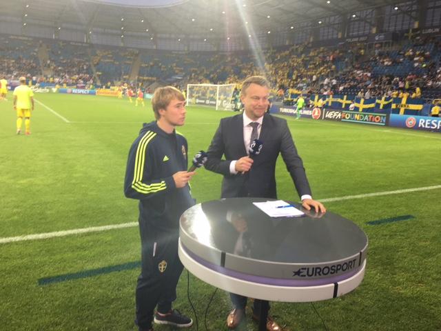 Tuggar med Tibbling. Vi pratar lite om Sveriges chanser inför det som blev U21-lagets sista EM-match. Tung start mot Slovakien och underläge 0-2 efter bara 25 minuter. Det blev en dyster sorti för regerande mästaren Sverige. Och därmed även en oväntat tidig semester för mannen till höger i bild.