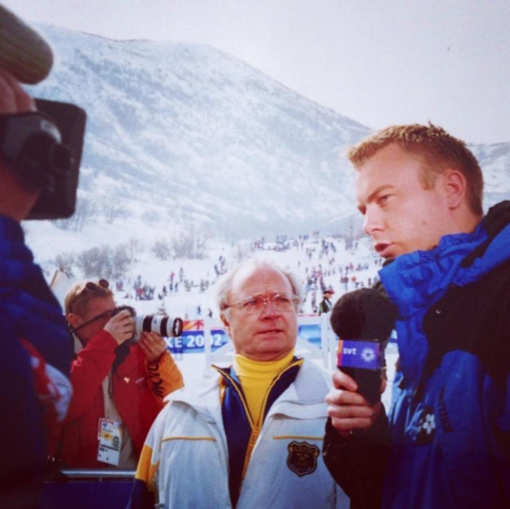 Mitt första Vinter-OS var i Salt Lake City. Jag var 24 år gammal och reporter på längdskidstadion. Det blev ett katastrofalt OS för svensk del. Inte en medalj (förrän Elofsson fick ett brons med posten efter Mühleggs dopning). I herrstafetten slutade Sverige på en 13:e plats.Här pratar jag och Konungen lite om det svenska fiaskot. Han ser rädd ut. Jag ser arg ut i mitt blonderade hår.