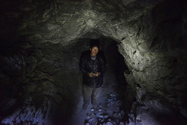 Pårundvisning i den grotta från vilken jag kommer att leda OS-sändningarna ifall det kör ihop sig helt mellan oss divor i Discoverys gäng. Inte fullt så mysigt som det ser ut. Oklart dock ifall SOK går med på att låta de svenska deltagarna besöka min karga studio, 475 meter under PyeongChang.