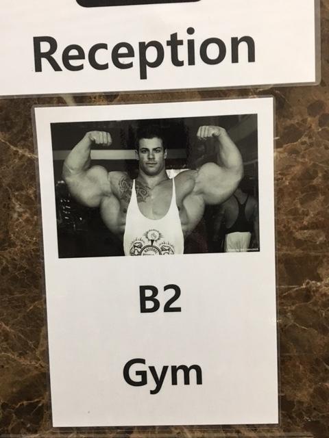 Hade hoppats träna mycket och ofta, men hann bara med två träningspass, tyvärr. Kanske lika bra det. Vet inte om jag hade velat möta killen på lappen i hotellets hiss.