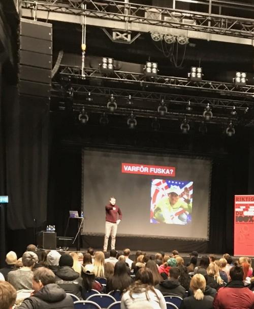 Resonerar om vad som är fusk och vad som är okej tillsammans med en stor och intresserad publik i Eskilstuna.