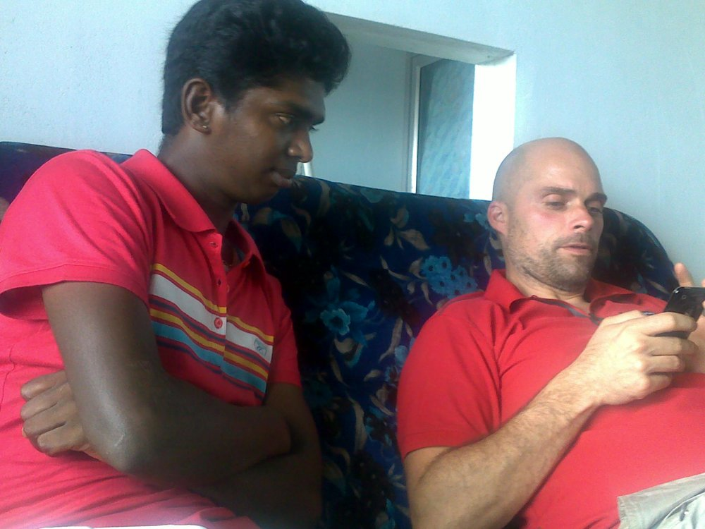 Fotograf Per Frisell och Santhi Soundarajan kollar igenom lite bildmaterial på det regionala idrottscentrat i Pudukottai i södra Indien. Reportaget spelades in för SVT hösten 2009.