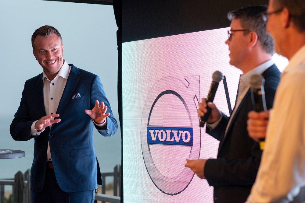 """Konferencier - """"Jonas hanterar scenen med stor flexibilitet och enorm professionalism, han varvar anekdoter med precisa analyser samtidigt som han på ett erfaret sätt får gäster på scen att känna sig trygga"""".Rasmus Cornér, Project ManagerVolvo Global Marketing"""