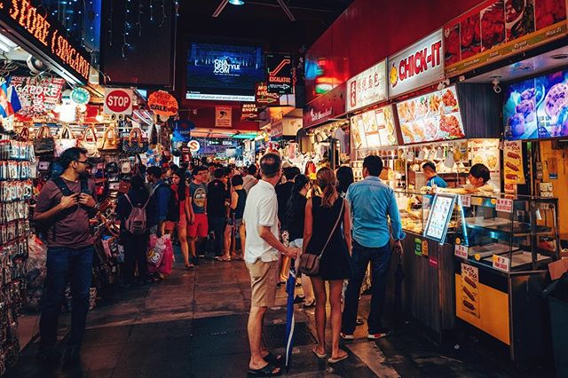 Sometimes it's good to get lost in the labyrinth street markets of #singapore • • • • #southeastasia #travelasia #hawker #igsg #exploresingapore #sgig #yoursingapore #instasg #sglife #thisissingapore #visitsingapore #sgvsco #igerssingapore #gf_singapore #instagramsg #travelingram #igtravel #travelblog #travelblogger #instatraveling #mytravelgram #traveladdict #unlimitedparadise #instavacation #asiatravel #ig_asia #foodsg #captureone #win