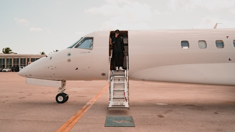 Alan King (Alan Cheung)  getting into a Legacy 650 at West Palm Beach Airport.Photo @tealorca