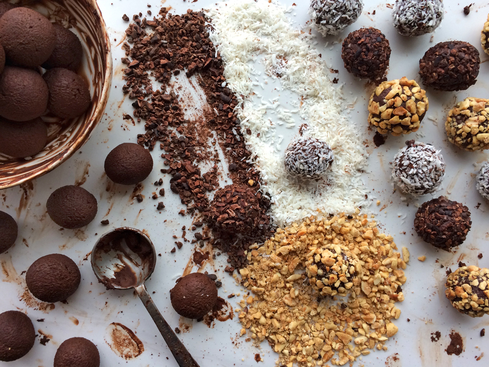 Chocolate truffles and keto truffles recipe for the ketogenic desserts page. Enjoy low carb truffles on your keto diet.