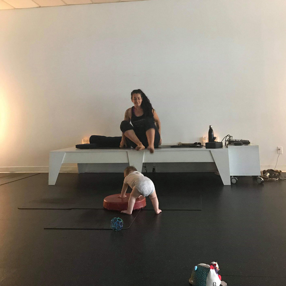 MOVEMENT >>> #TBT to the good old days of Mom&Baby yoga with @lalupavia at @sempervivayoga!! I did prenatal yoga throughout my pregnancy and kept on going when I had Bronwyn, until she started crawling – I took this photo at our last class when she was about 6 months old. ⁣⠀⠀⠀⠀⠀⠀⠀⠀⠀ ⁣⠀⠀⠀⠀⠀⠀⠀⠀⠀ If you are pregnant or a new mama, you MUST check out these classes!! They are so amazing and supportive. The community is incredible. ⁣⠀⠀⠀⠀⠀⠀⠀⠀⠀ ⁣⠀⠀⠀⠀⠀⠀⠀⠀⠀ It doesn't matter if you just lay on your mat or nurse your baby the whole class. It's a very special space and time to connect – with your baby, with your mind-body-spirit, with other moms, and with the wise and wonderful Teresa (and her fabulous colleagues). ⁣⠀⠀⠀⠀⠀⠀
