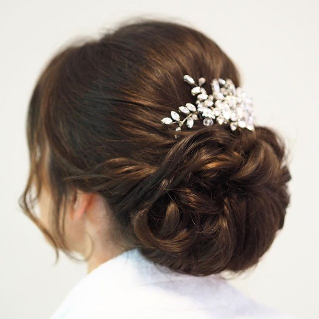 I often use hair extensions to add more volume to the hair. Most brides are a little sceptical when I first suggest using them, because in they have an image of them looking unnatural. I can assure you that this is not the case, here I have blended my brides hair with the extensions and they blend beautifully! My brides hair accessory is from my favourite brand @jonrichardjewellery #bride #hair #hairextensions #clipinextensions #weddingday #allthingsbridal #hairstyles #hairup #Surrey #wedding #cljmakeup