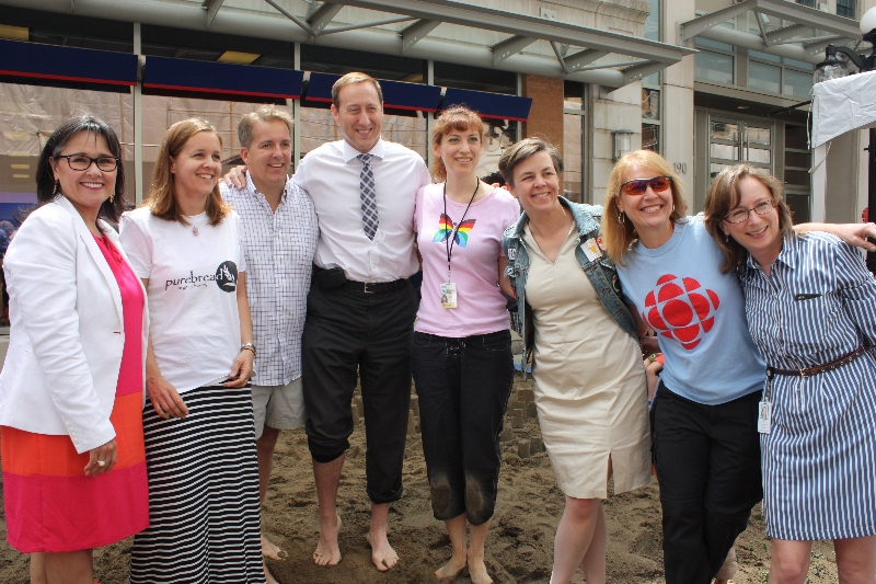 The Hon. Leona Aglukkaq, MP Scott Armstrong, the Hon. Peter MacKay, the Hon. Dr. K. Kellie Leitch and members of Team CBC take a photo opportunity