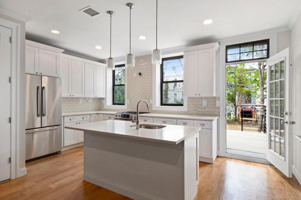 341 Bainbridge kitchen.jpg