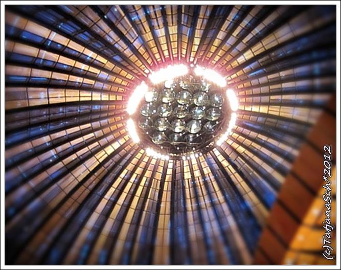 Tonhalle. Сверкающая под куполом зала зеркальная инсталяция Адольфа Лютера.