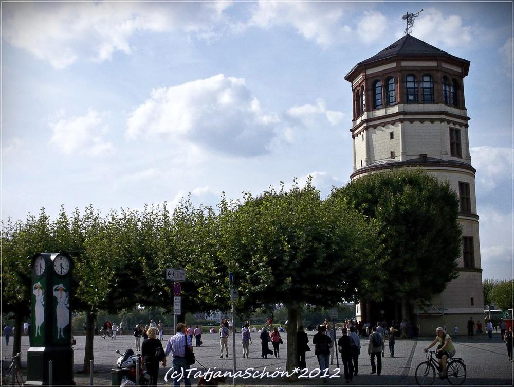 Дюссельдорф, достопримечательности: Старый город, башня - это всё, что осталось от дворца курфюрстов.
