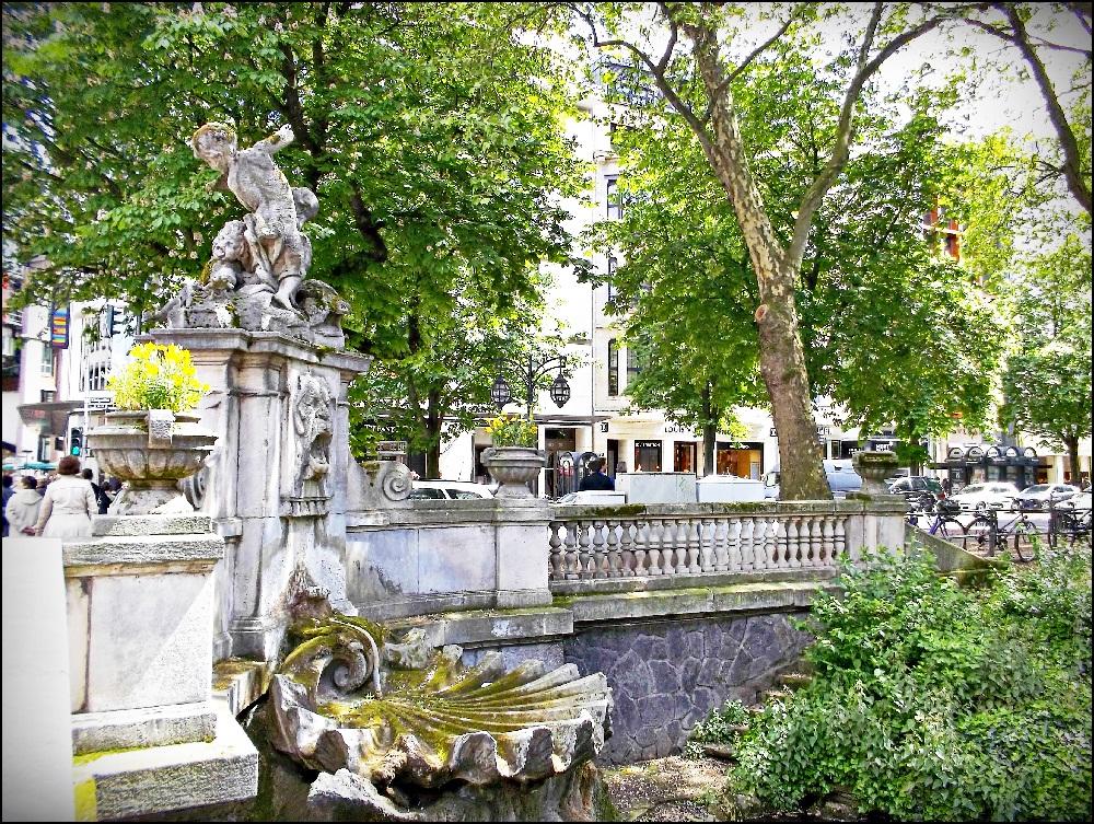 """Дюссельдорф, достопримечательности: Кё. Эта улица называлась раньше """"Каштановая аллея"""" (Kastanienallee) и была переименована в 1851 году в Königsallee – Королевскую аллею."""