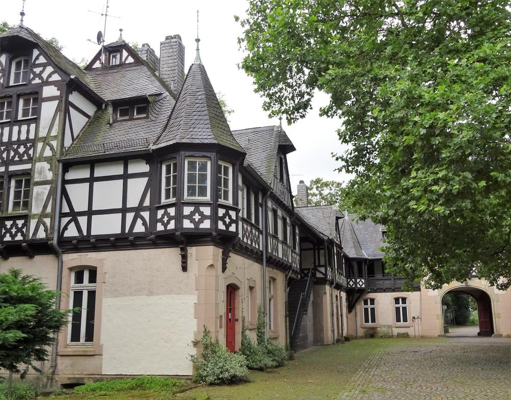 Хозяйственные постройки замка Эллер в Дюссельдорфе, оформлены в стиле фахверк.