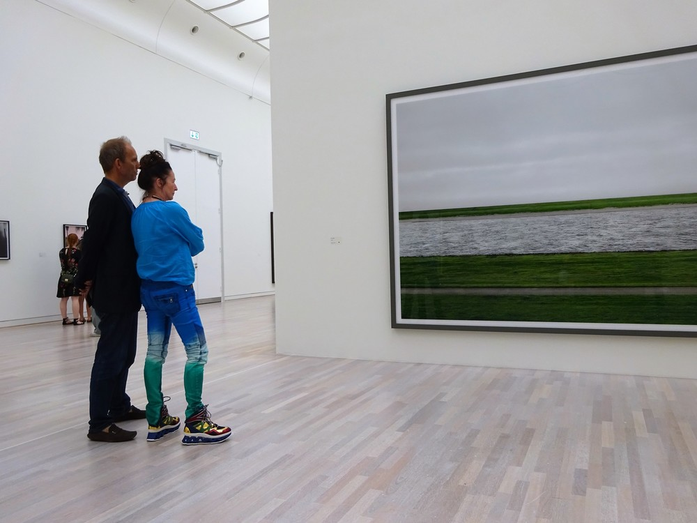 А вот фото с июльской экскурсии - перед фото-картиной Андреаса Гурски, Рейн II (публика тоже интересная!).