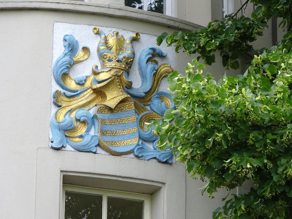 С гербом этого старинного дома ещё предстоит разобраться.